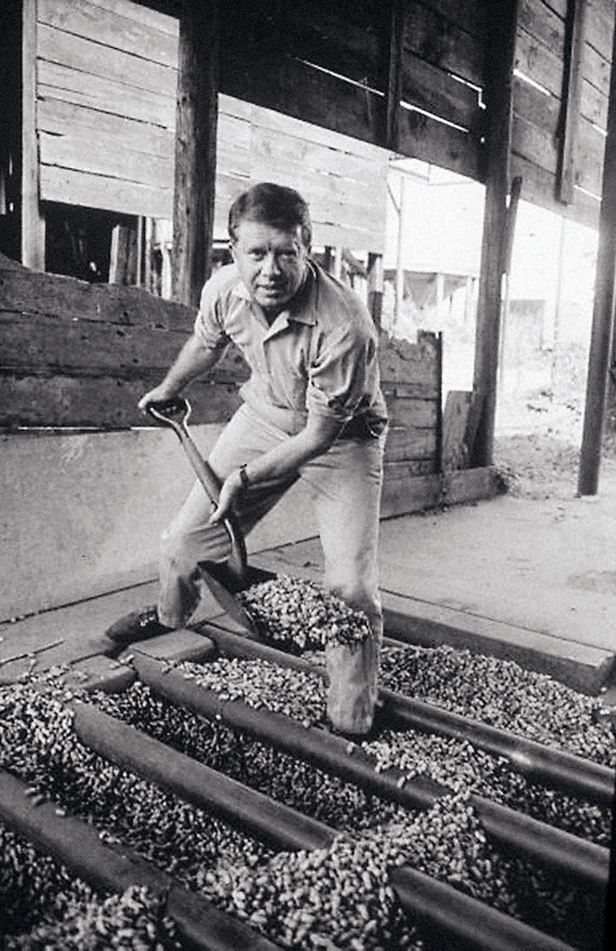 Jimmy Carter shovels peanuts in Georgia, 1970 © Hulton Archive/Getty Ima